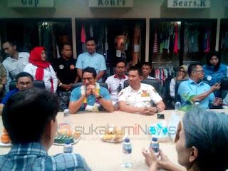 Sandiaga Uno tengah berdialog dengan Presiden Direktur dan Karyawan PT L&B