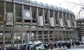 Vista parcial exterior del edificio, todo hormigón, con el escudo del club y numeroso público momentos antes de un partido.