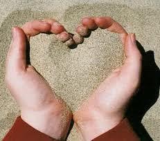 Resultado de imagen de manos y arena