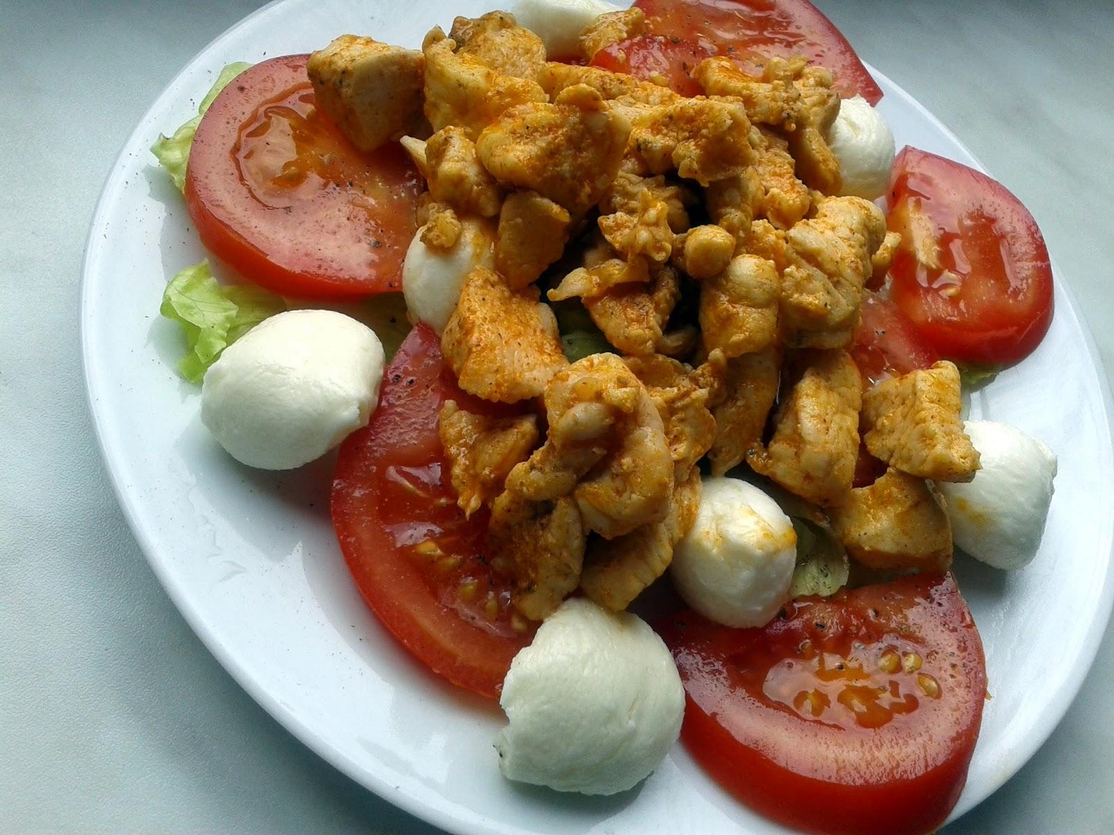 Pierś kurczaka w przyprawach, sałatka(sałata lodowa,mozarella, pomidor)