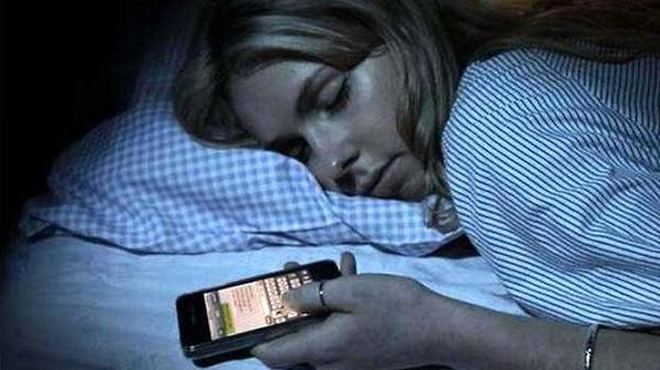 مشاكل كارثية لاستخدام الهاتف النقال قبل النوم