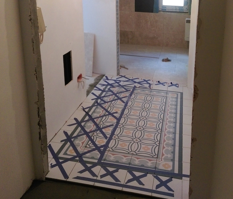 dywan z płytek z wzorem