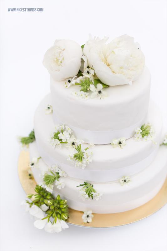 Hochzeitstorte Weiß mit frischen Blumen Ranunkeln, Pfingstrosen, Anemonen von Cafe Sixt Neustadt