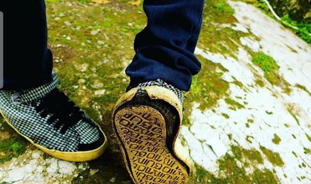 5. Hubungan itu kadang seperti sepatu, terlihat bagus jika  bersama  bila dengan pasangannya , tetapi kalau bukan pasangnya akan menjadi aneh.
