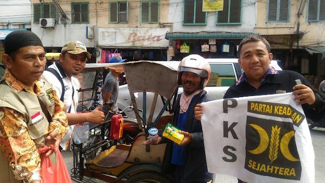 Berkhidmat untuk Rakyat, PKS Medan Area Berbagi Nasi Bungkus Kepada Tukang Becak