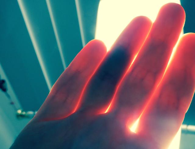 Eu posso ver os danos internos no meu dedo quando eu seguro minha mão até a luz