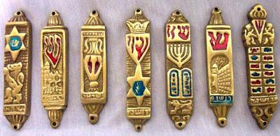 El precepto de fijar una mezuzá en las puertas de las casas judías, es uno de los más antiguos y arraigados del judaísmo, y tiene sus fuentes en el libro del Deuteronomio: Deuteronomio 6:9, Deuteronomio 11:20.