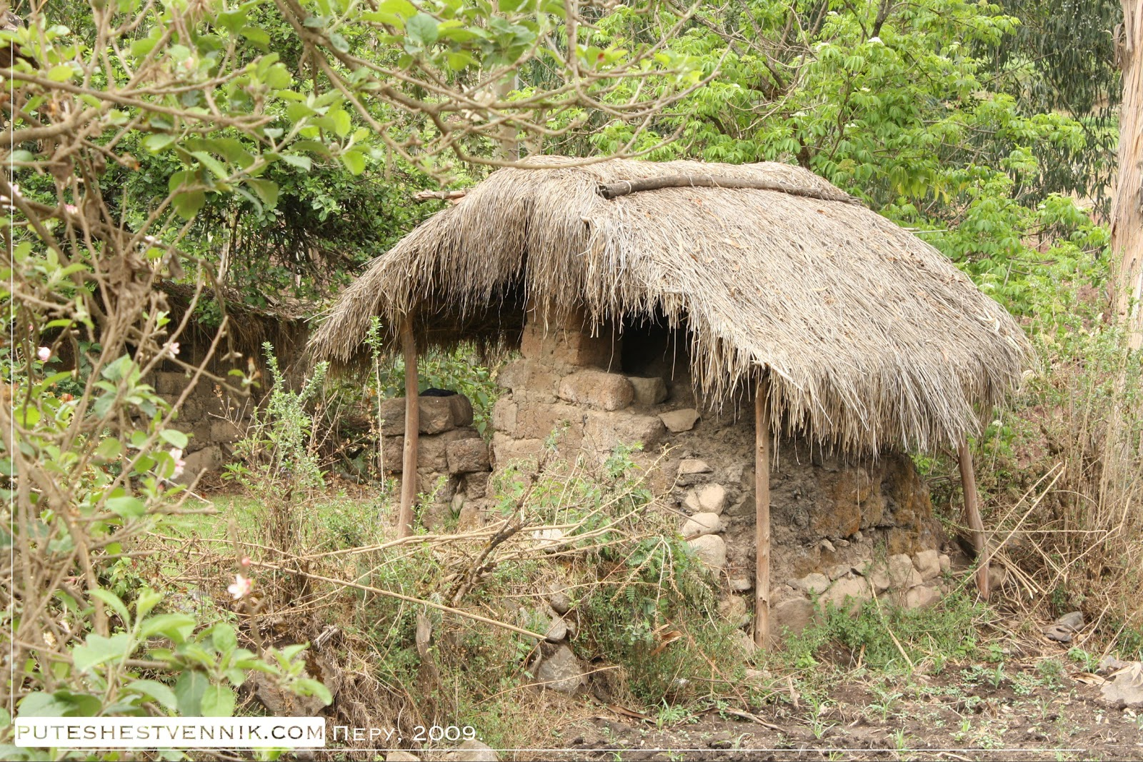 Каменная постройка с соломенной крышей