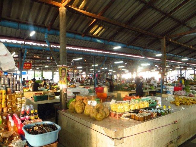 Прилавки на утреннем рынки Маенам
