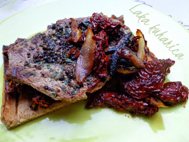 Steak with sun-dried tomato and onion by Laka kuharica: tasty meat, veggies and bread combined to create a complete meal on only one plate.