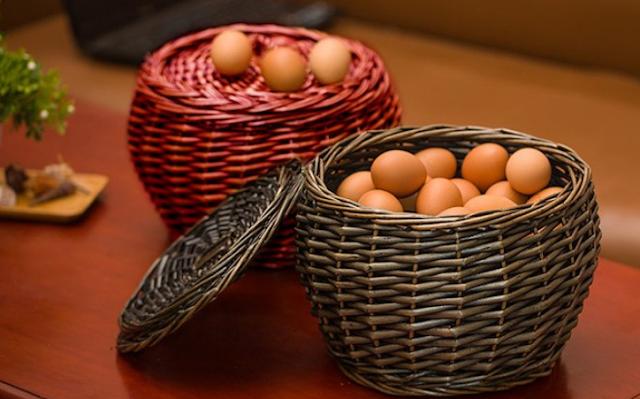 свежие яйца в корзинке