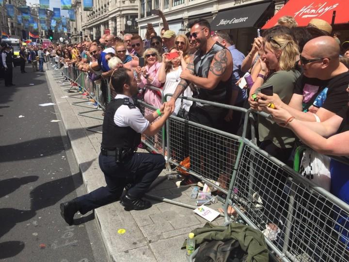 Policiais pediram namorados em casamento durante Parada LGBT de Londres