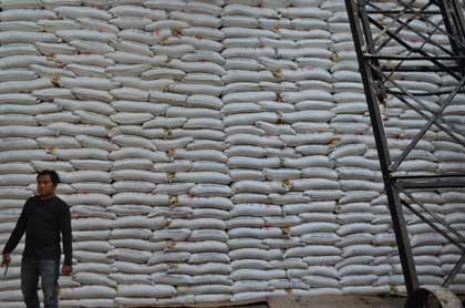 petani tebu cirebon tolak harga gula dari bulog