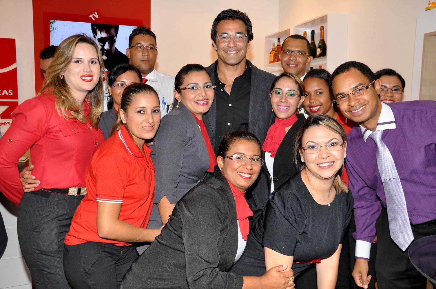 Luciano Szafir e Aline Diniz com a equipe da nova loja 7c2448f8da
