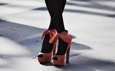combinar meia preta com sapato colorido