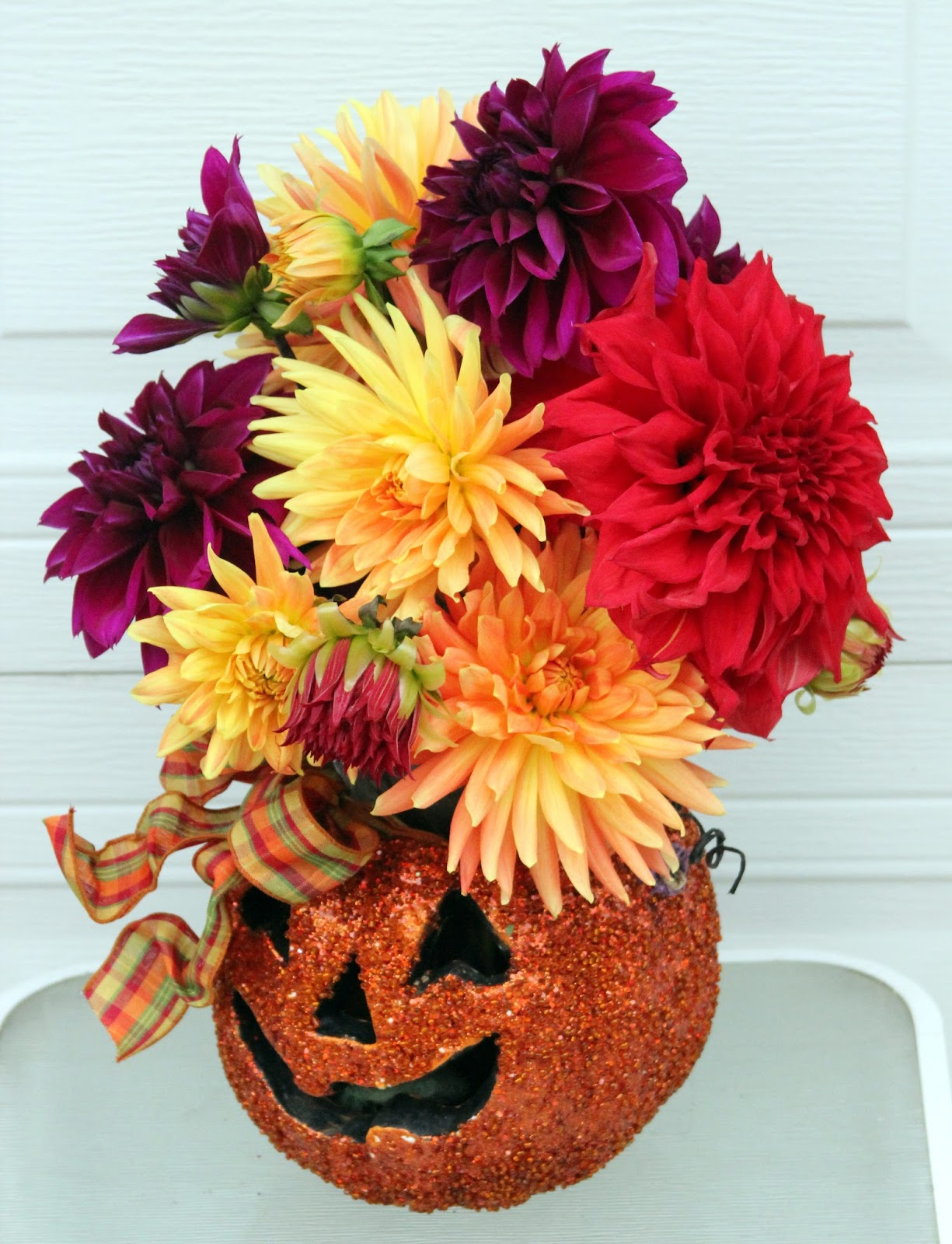 halloween arrangements using decorations for vases