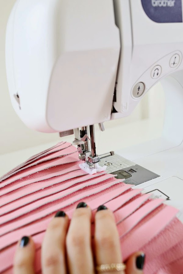 Cosiendo las tiras de piel con la máquina de coser - Diy cojínde piel2