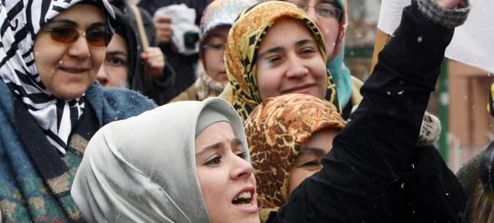 Η Δανία απαγορεύει την ισλαμική μαντήλα σε δημόσιο χώρο