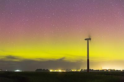 Aurora over de skyline van Oosterbierum