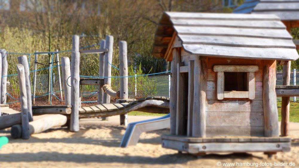 Spielplatz aus Holz in Hamburg im Johannes Prassek Park