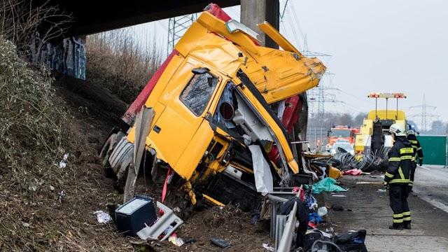 Brückenpfeiler spaltet mazedonischen Lkw - Fahrer tot