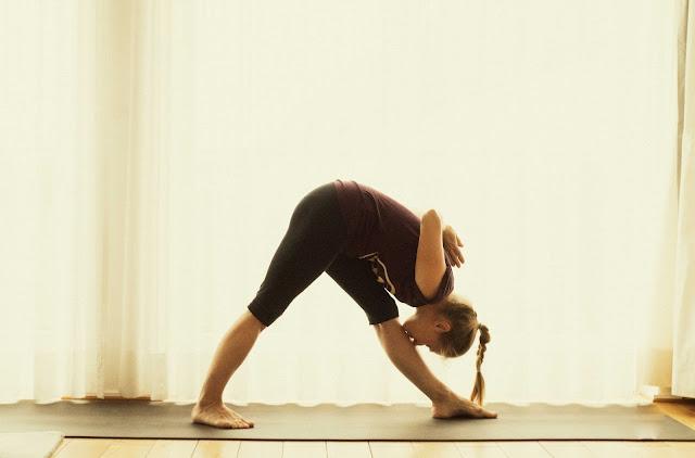 Mỗi ngày một tư thế Yoga | 11 Tư thế kim tự tháp (Parshvottanasana)
