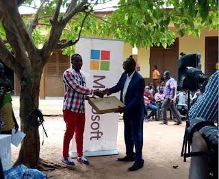 Microsoft apoya al profesor africano que enseñaba word sin computadora en el pizarrón