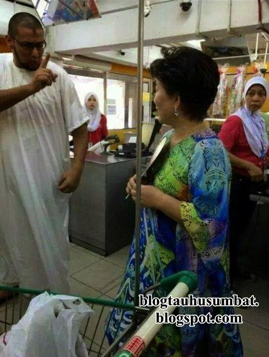 Seorang perempuan dipercayai berbangsa cina memakai baju