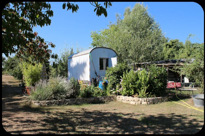 Bauwagen mit kleiner Terrasse und Steingarten | Arthurs Tochter Kocht by Astrid Paul