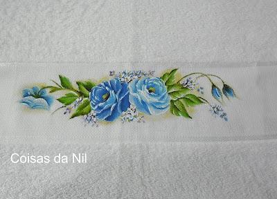 toalha com pintura de rosas azuis