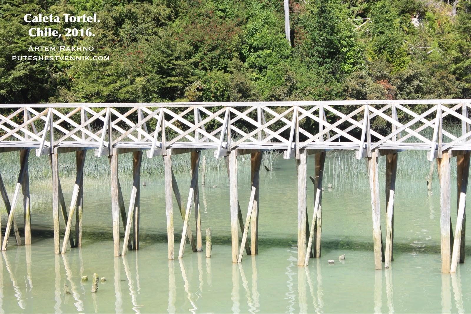 Мостки над водой в Калета Тортел
