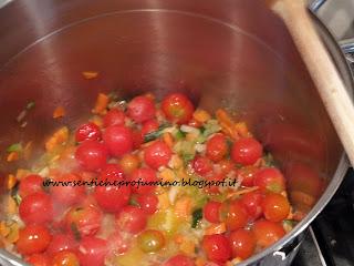 Preparare gli Zucchini rifatti con il pomodoro e gli odori