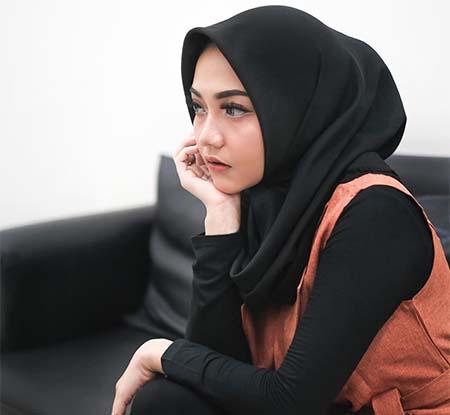 Syahiba Saufa Pakai Hijab Hitam