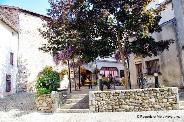Ambert, place du Musée de la Fourme. terrasse à l'ombre