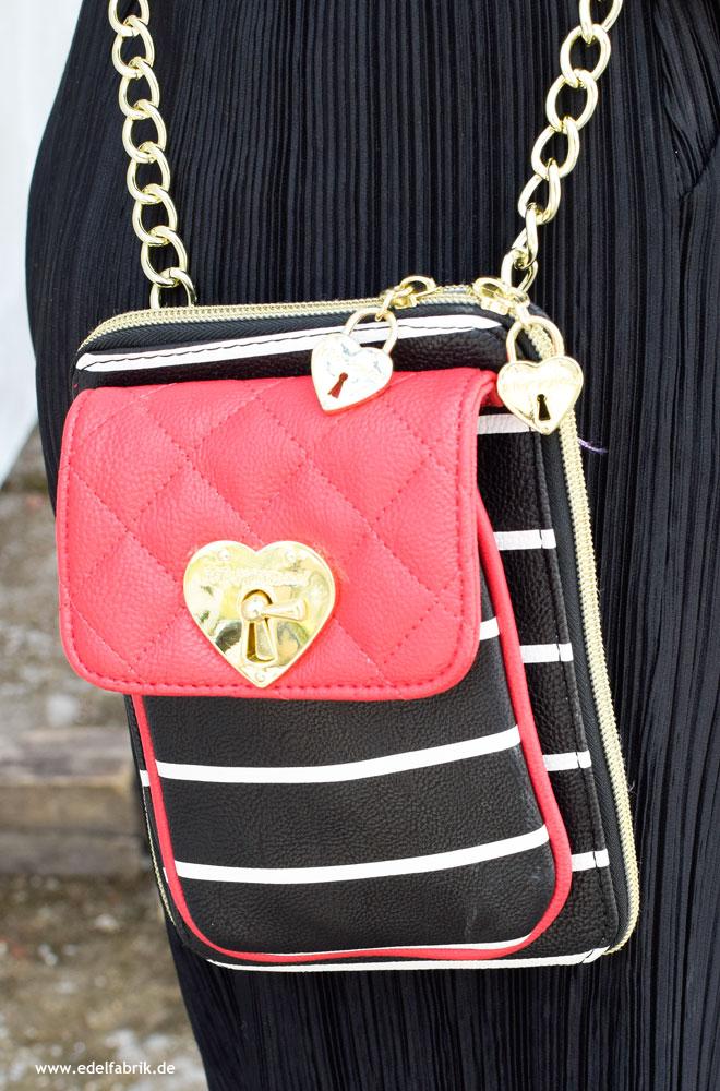 niedliche Handtasche in schwarz-weiß und Rot