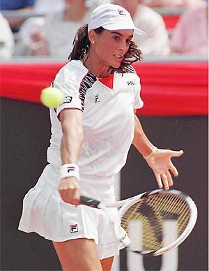 Foto de una dama jugando tenis