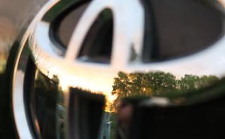 Cara Melepas Emblem Stiker Mobil dengan Benang