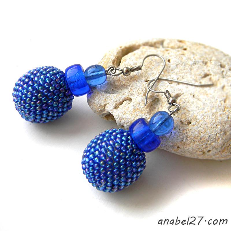 Синие серьги-бусины оплетенные бисером