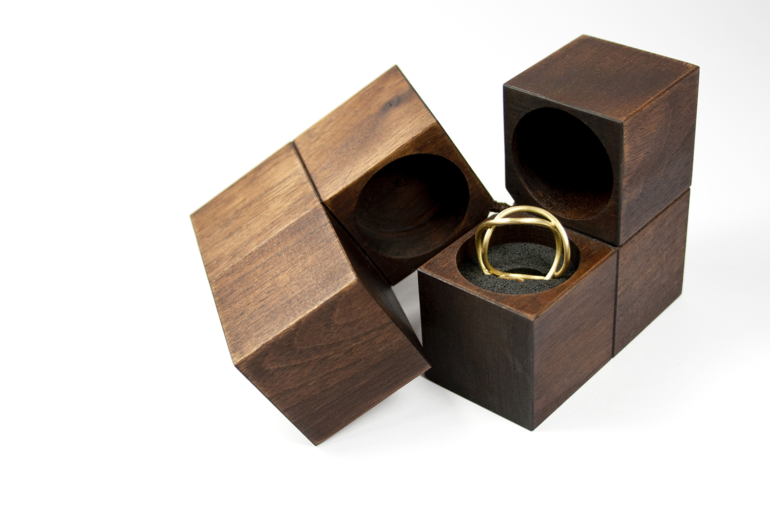 One Or More KLOTZ Packagings Represent Creative Modular Design Elements For Showcasing Jewellery And Rings On Display At Fairs