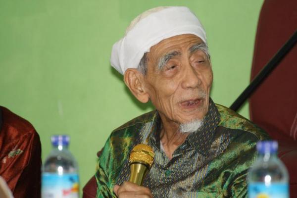 KH Maimun Zubair : Tolong Sampaikan Pada Santri dan Alumni Saya Pilih Jokowi