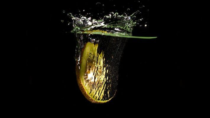 Wallpaper: Kiwi slice splash in water