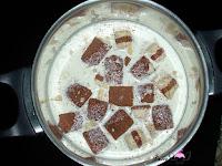 NNata, la leche, el Kinder bueno blanco y el chocolate blanco troceado