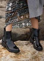 Ботинки челси с длинным платьем и кардиганом