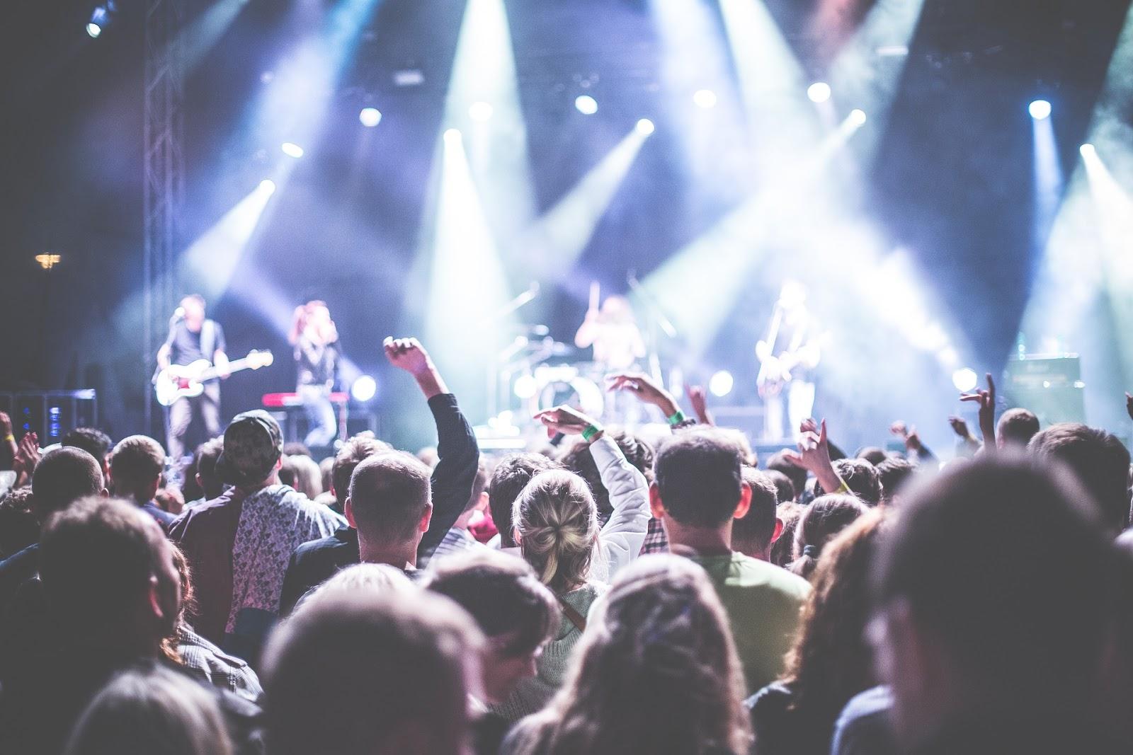 ¿Es correcto invitar a a cantantes seculares en eventos cristianos?