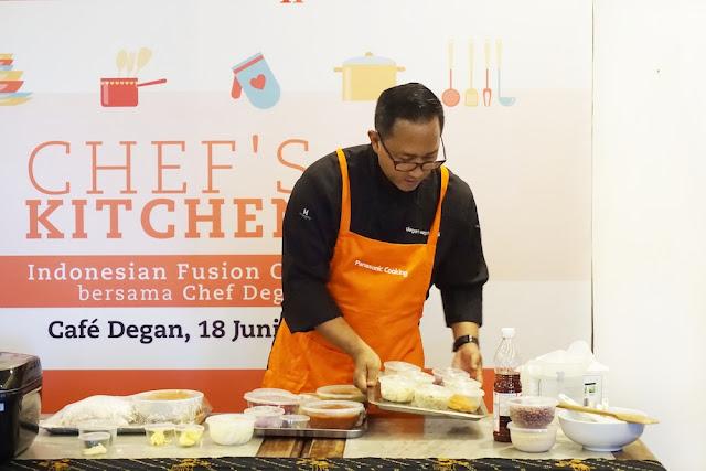Chef Degan sedang memepersiapkan bahan-bahan untuk cooking demo
