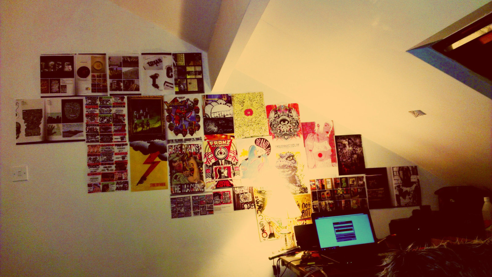 Habitación decorada con posters o carteles
