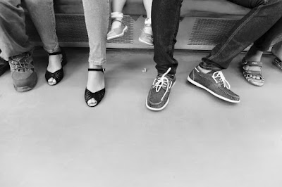 foto kaki-kaki penumpang komuter line