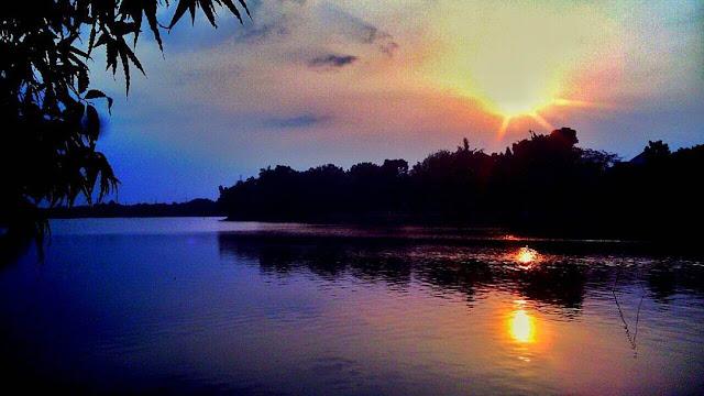 sunset di danau setu babakan