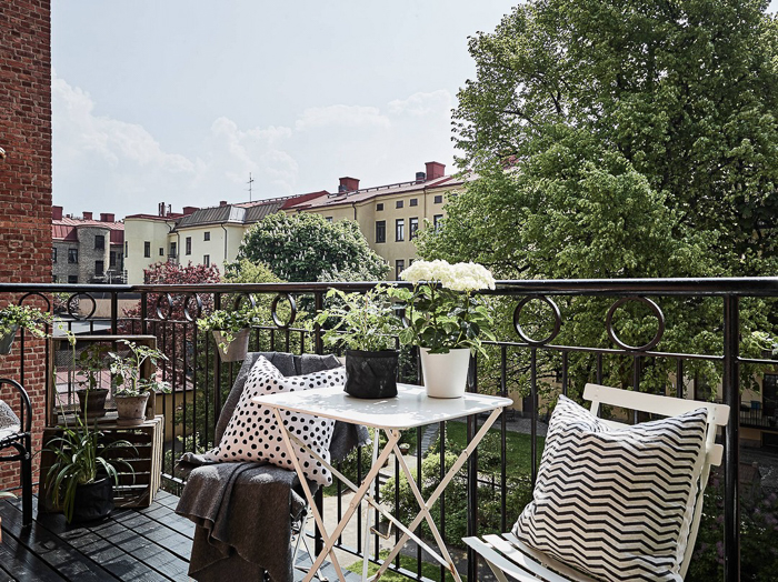 Balcon con reja metalica - Vistas mesa minimalista