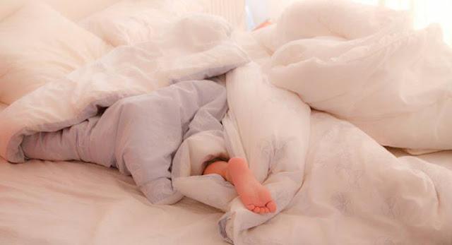لهذه الأسباب تضع قدميك خارج الغطاء أثناء النوم .. اذا كنت تضع رجلك خارج الغطاء اليك هذه المعلومات!!